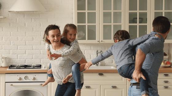 Eva et Paul avec leurs deux enfants Lili & Hugo