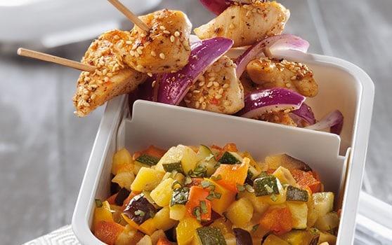 Ratatouille froide et brochette de poulet aux épices douces